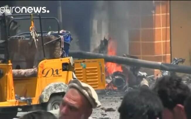 Série de explosões em um prédio governamental em Jalalabad, no Afeganistão, neste domingo (13), deixou ao menos 15 pessoas mortas