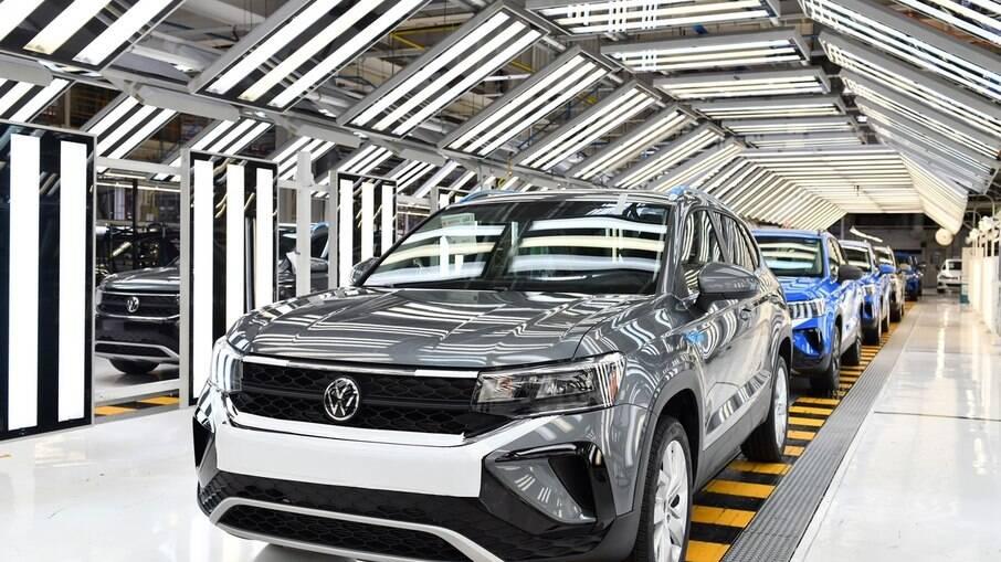 VW Taos na linha de montagem no México, país que tem tradição em abastecer à demanda dos Estados Unidos