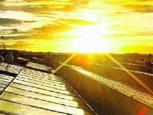 Placas de energia solar são medidas adotadas para gerar economia para o consumidor