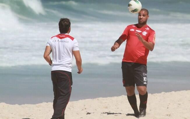 Atacante Adriano, do Flamengo, treina forte  na praia da Macumba, no Rio de Janeiro, nesta  sexta (31/8)