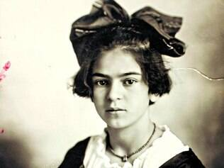Adolescência. Foto de Frida em 1919, com 12 anos, também integra a exposição sobre a artista