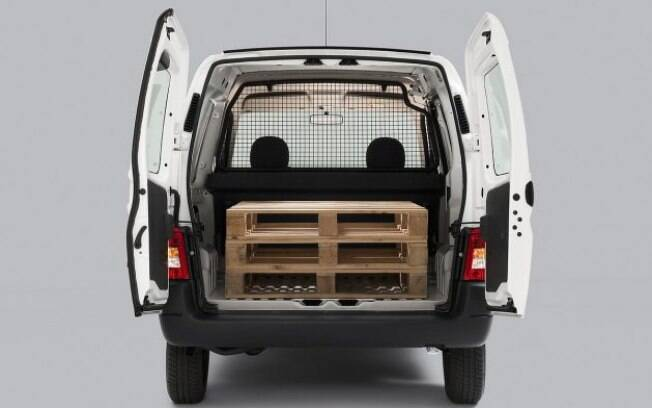 As portas do Peugeot Partner abrem 180°, o que promete mais praticidade na hora de colocar ou tirar objetos