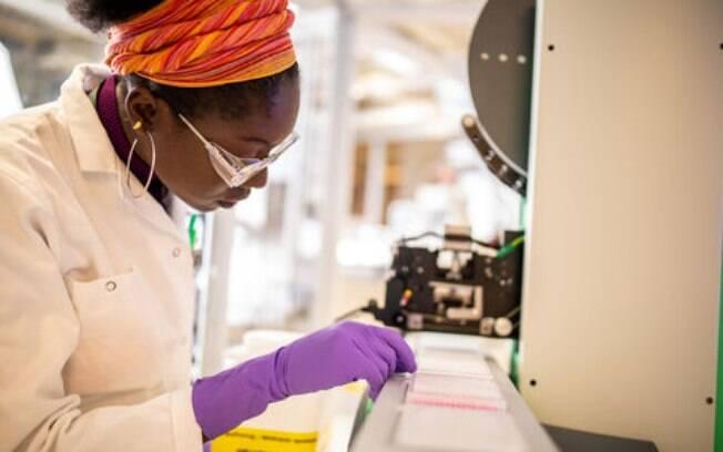 Pesquisadora trabalha no desenvolvimento de vacina contra o novo coronavírus (Sars-Cov-2)