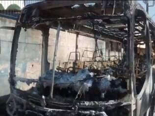 Ônibus foi destruído em incêndio no sábado (11)