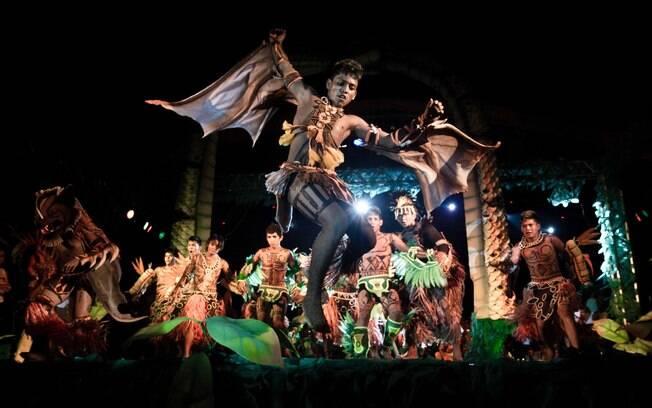 Na Festa do Guaraná, dançarinos recontam a lenda sobre a origem da frutinha vermelha amazônica