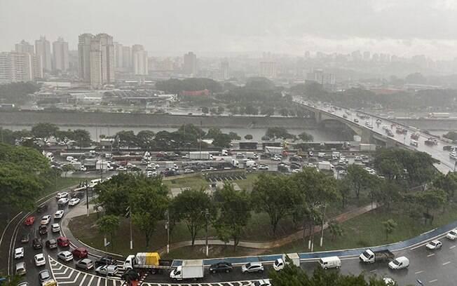 Houve ventania e registro de granizo em algumas regiões da capital paulista
