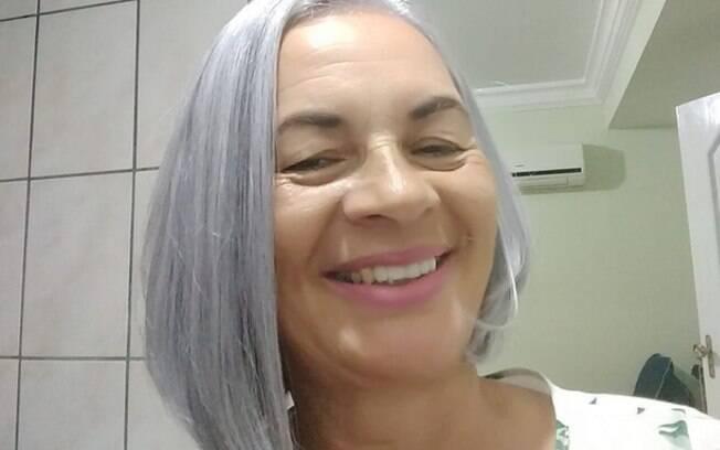 Ivoneia Ferreira conta que, após experiência com uma cabeleireira, ela percebeu que sua raiz era quase 100% branca