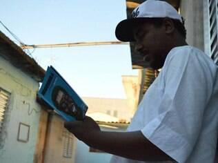 O peta Akins Kintê com o seu trabalho