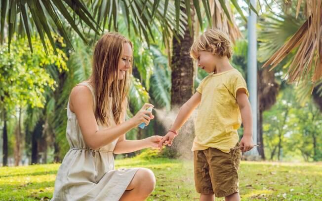 O repelente também é importante para proteger a pele das crianças no verão; o produto pode ser passado em todo o corpo