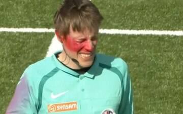 Bandeirinha é agredido com tinta no rosto durante partida na Europa; assista