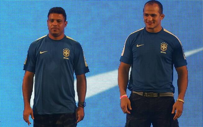 Ronaldo e o lutador Júnior Cigano exibem a  camisa azul da seleção brasileira
