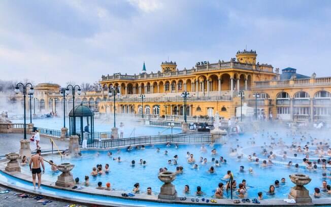 Budapeste é conhecida por suas piscinas de águas termais, com inúmeros complexos de piscina espalhados pela cidade