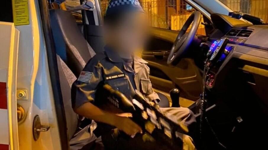 Polícia militar posta fotos de criança segurando arma de brinquedo