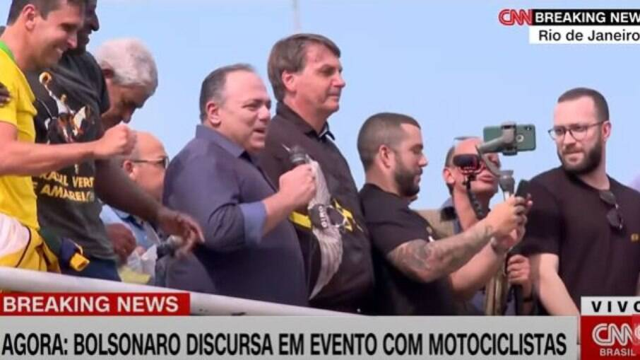 Ex-ministro da Saúde, Eduardo Pazuello, aglomerando sem máscara em manifestação de apoio ao presidente