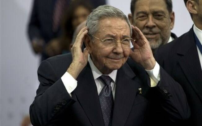 O presidente cubano Raúl Castro, em encontro com Obama durante a Cúpula das Américas, deixou claro que haverá cautela na aproximação entre os dois países (11/04/2015)