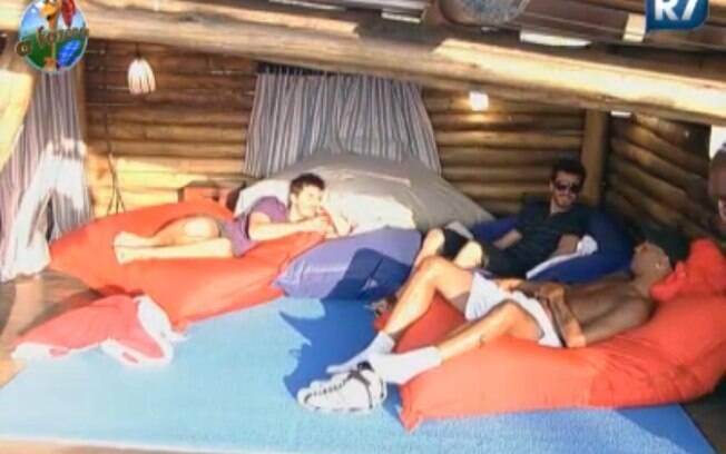 Thiago, Marlon e Dinei conversam na Casa da Árvore