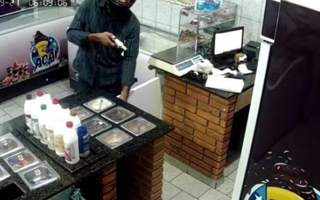 Vídeo mostra assalto em sorveteria no Jardim São José, em Campinas