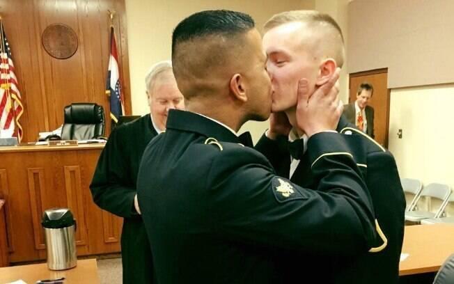 O casal se conheceu há poucos meses, mas Adriano não perdeu tempo em pedir o militar em casamento