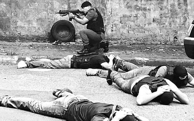 Final do treinamento, Policial de ROTA protege o perímetro