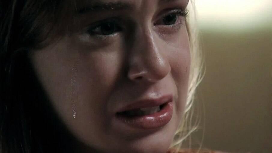 Maria Isis (Marina Ruy Barbosa) chora em cena de