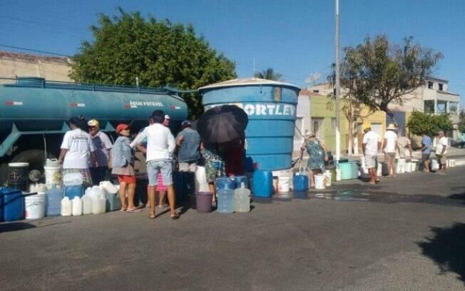 Sem água nas torneiras há quatro anos, autoridades recorreram a técnica alternativa para minimizar incidência do mosquito