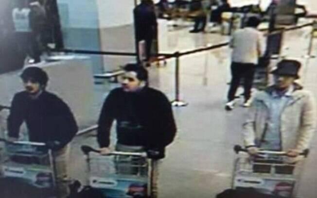 Polícia procura Ibrahim El Bakraoui (ao meio na foto), um dos autores do atentado no aeroporto