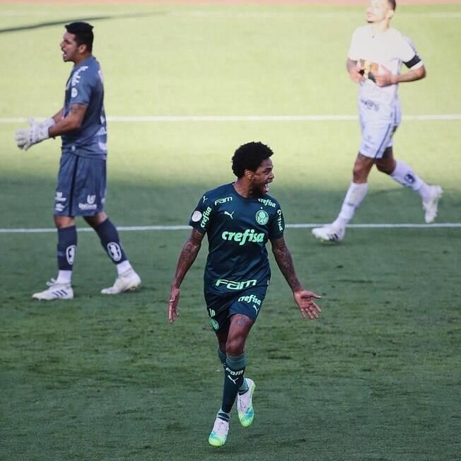 Luiz Adriano comemora gol do Palmeiras