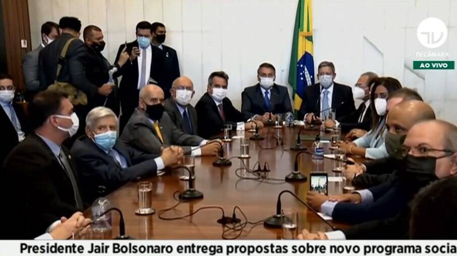 Bolsonaro entrega a PEC do reajuste do programa Bolsa Família