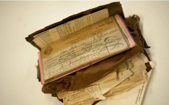 Apesar de o couro ter apodrecido, documentos e fotos foram preservados
