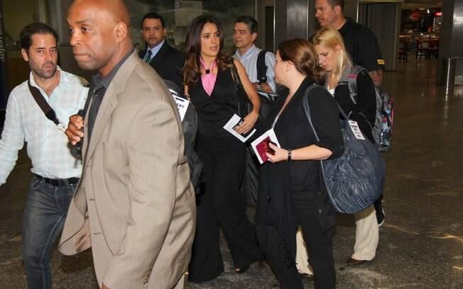 Os atores desembarcaram no Brasil cercados de seguranças