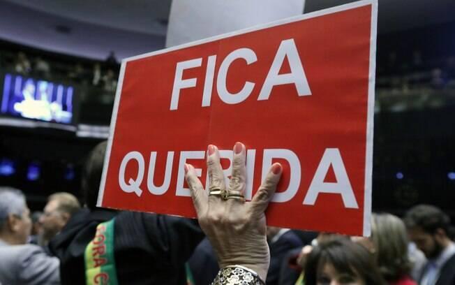 Deputados contra Dilma levam faixas e cartazes para protestar no plenário da Câmara. Foto:  Antonio Augusto/ Câmara dos Deputados - 17.04.16