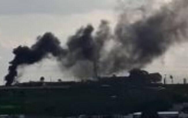 Bombeiros apagam fogo em pneus próximo a Lix da Cunha