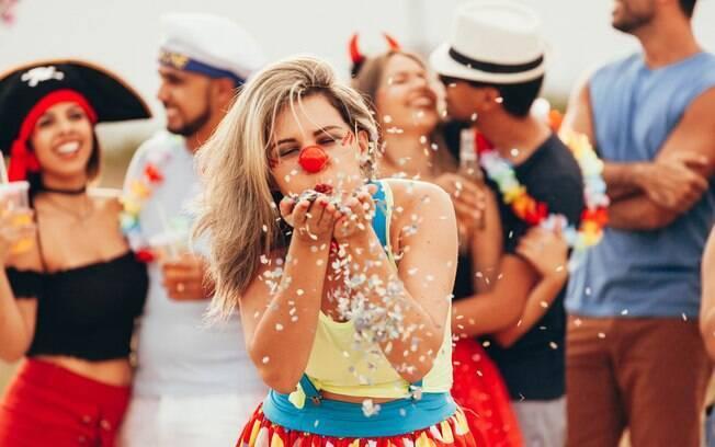 Carnaval e namoro combinam? Pesquisa diz que mais de 20% das pessoas terminam um relacionamento para curtir a festa