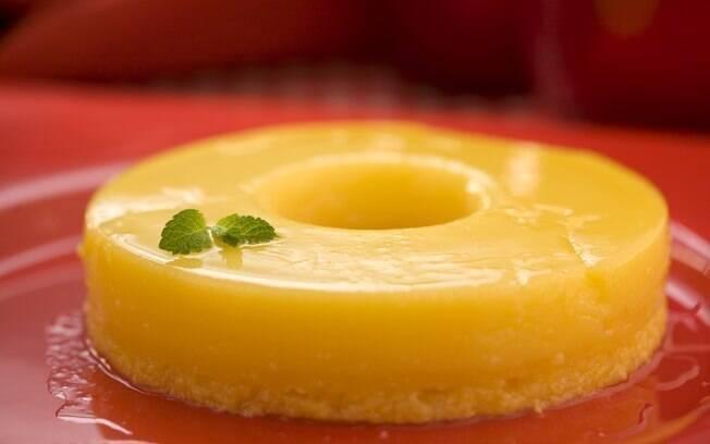 Em forminhas individuais ou para compartilhar à mesa, quindim é  sobremesa-coringa