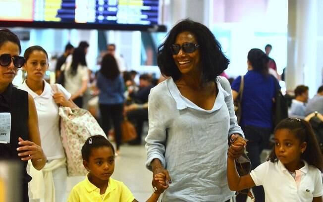 Zeca Camargo cochila e Glória Maria circula com as filhas em aeroporto