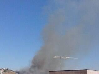 Moradores da Pampulha estão assustados com incêndio em vegetação no bairro Paquetá