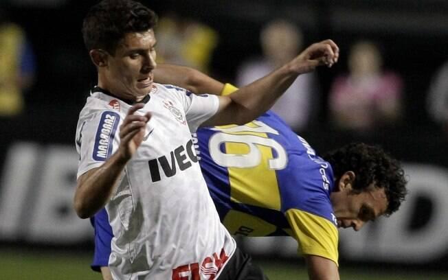 Alex divide bola no meio campo com Ledesma
