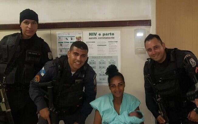Mulher foi socorrida pelos policiais e levada a um hospital da região