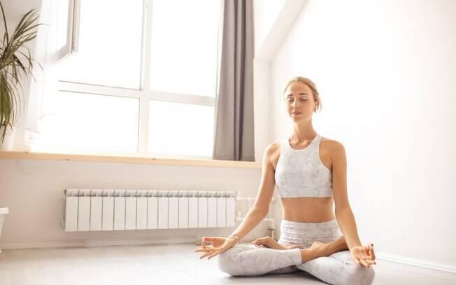 É possível apostar em posturas e exercícios de respiração da ioga para ajudar a fortalecer e definir o abdômen