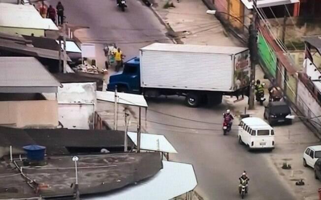 Ruas foram bloqueadas com caminhões e ônibus