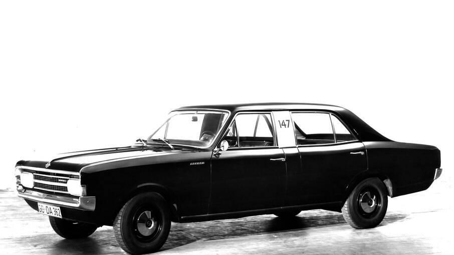 Opel Rekord Taxi: vinha com distância entre-eixos alongada em 29 centímetros em relação às demais versões do sedã