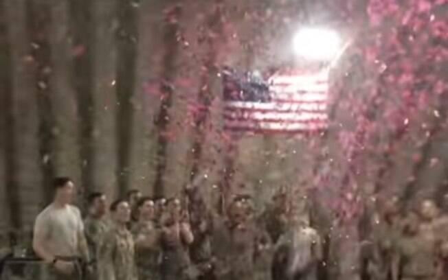 Harris e outros soldados fizeram um vídeo soltando confetes rosa quando descobriu  que seria pai de uma menininha