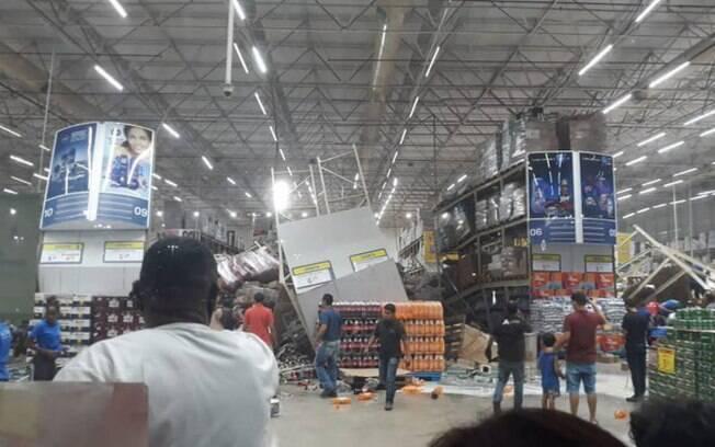 Prateleiras gigantes desabaram e deixaram um morto em supermercado