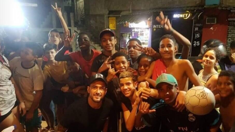 Arrascaeta passeia na Rocinha sem máscara