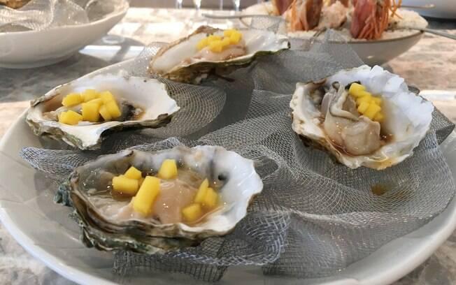 Em seu restaurante, Freixa serve pratos repletos de futos do mar e peixes, representando o