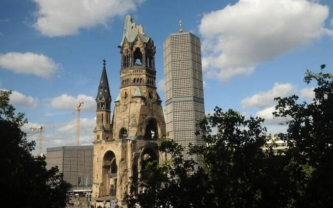 A Igreja Memorial Imperador Guilherme é um ponto turístico que marca a devastação que a guerra causou em Berlim