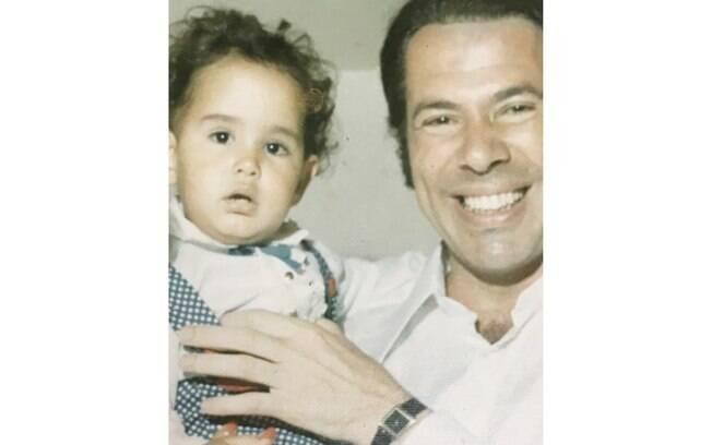 Silvia Abravanel posta foto ao lado do pai, Silvio Santos, em clique feito na infância, em seu perfil do Instagram