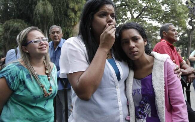 Apoiadoras de Chávez se abraçam ao receber as notícias de sua morte (05/03)