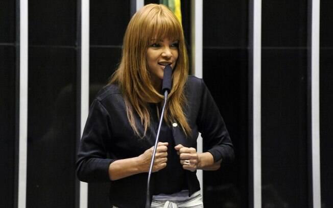mulher falando em microfone