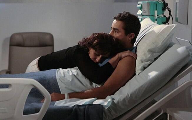 Vicente conta que está paralítico e termina com Claudia, deixando a arquiteta arrasada